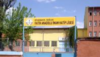 Okulu yakmak isteyen PKK'lilere halk engel oldu
