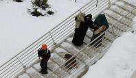 Karla kaplanan üst geçitlerin temizlenmemesine tepki