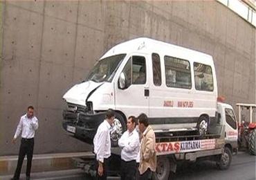 Öğrenci servisi traktörle çarpıştı