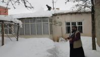 Van'da 8 kişilik aile hasarlı evde barınıyor