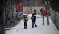 Çatışmaların gölgesinde çocukların kartopu oyunu
