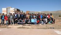 Öğrenciler Batı Raman Kampüsünde fidan dikti