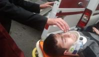 Minibüsün çarptığı genç hastaneye kaldırıldı
