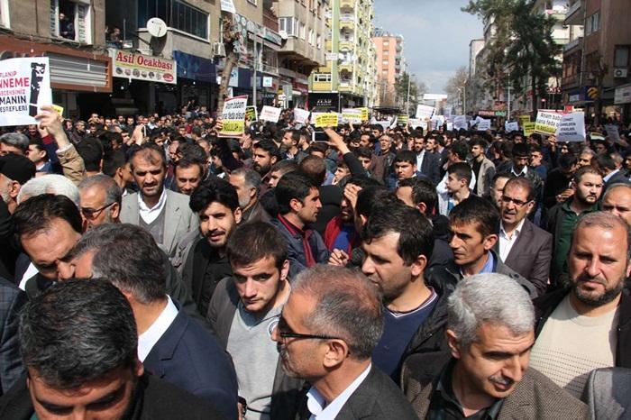 Cum namazı sonrasında Diyarbakırlılar Sokağa döküldü! Özgür gündem karikatörüne sert tepki