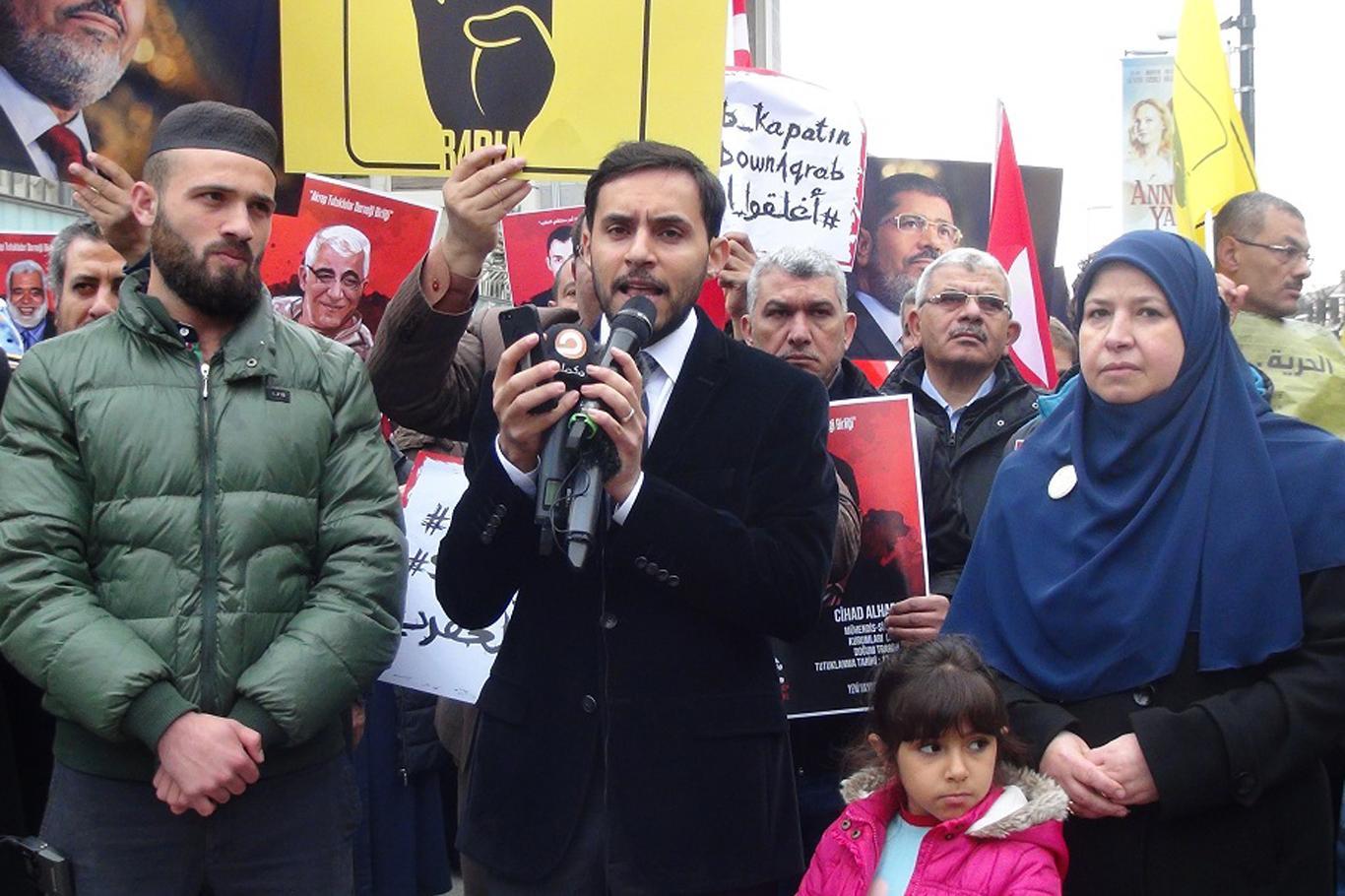 Esma Biltacı'nın annesiyle İstanbul Mısır Başkonsolosluğu önünde açıklama yaptılar