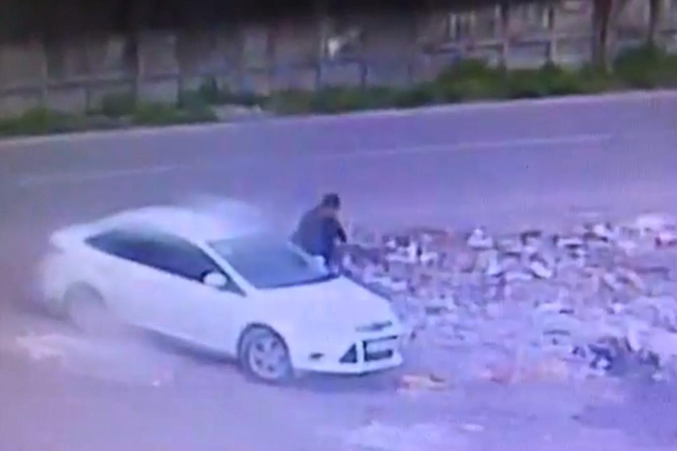 Diyarbakır,'da Bombalı aracın bırakılma anı kameralara yansıdı