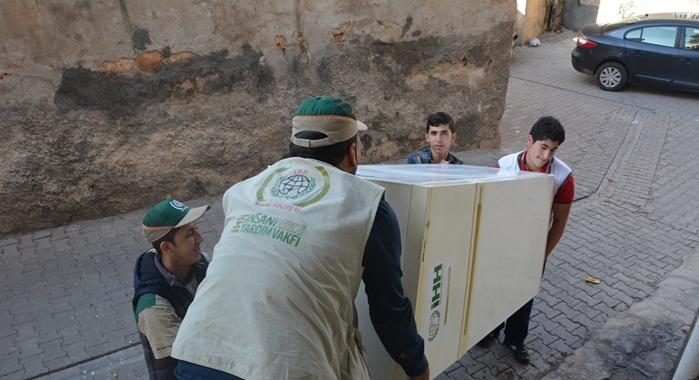 Urfa İHH, 135 muhacir aileye buzdolabı dağıttı