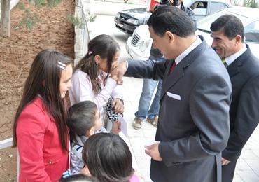 Vali Okutandan çocuklara bayram harçlığı