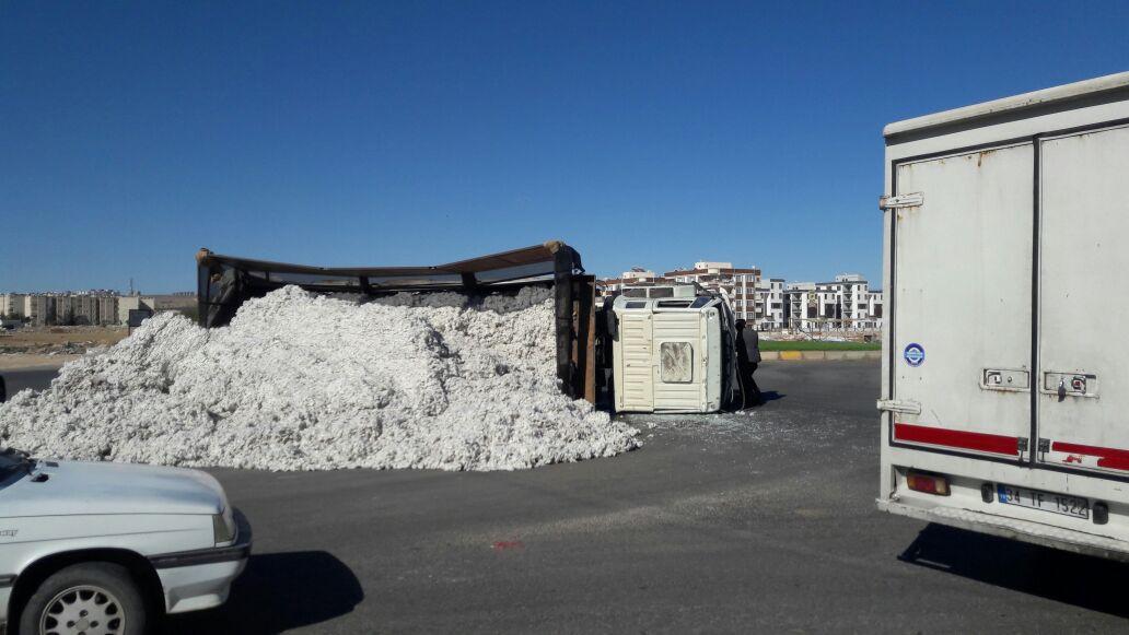 Şanlıurfa'da pamuk yüklü kamyon devrildi: 2 yaralı