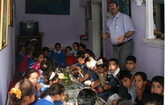 Öğretmenler gününde öğrencilerine ziyafet verdi