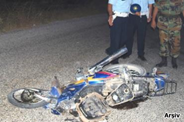 Kamyonun çarptığı motosikletli genç öldü