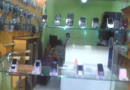 Telefoncu dükkânını soydular