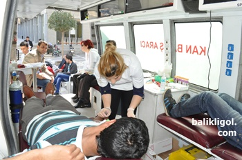 Kızılay belediye önünde kan topluyor