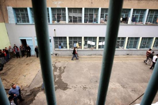Cezaevine ziyarete giderken yakalandı