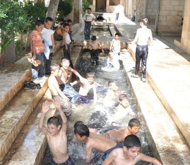 Çocuklar balıklıgöl suyunda yüzüyorlar