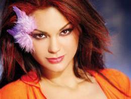 Ünlü şarkıcı Nez, TNTde yayınlanan Kırmızı Halı programında ünlü isimlerin taklidini yaparak izleyenleri kırdı geçirdi