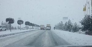 Viranşeh'de kar yağdı, yollar kilitlendi