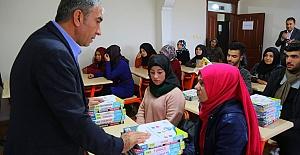 Eyyübiye Belediyesi öğrencilere kitap dağıttı