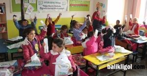 İHH Şanlıurfa Yoğunburç köyü öğrencilerini sevindirdi