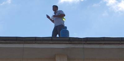 Elektrik faturası yüksek gelince DEDAŞ'ta çatıya çıktı VİDEO