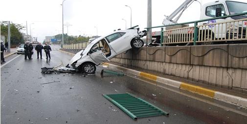 Otomobil köprüden uçtu; 2 yaralı