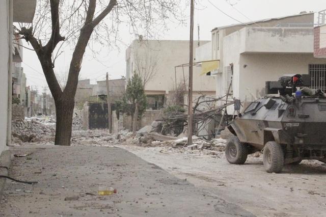 Eve tuzaklanmış bomba patladı, 4 polis yaralandı