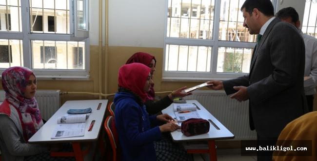 Başkan Ekinci, Çizgilerle Urfa Destanı kitabını öğrencilere dağıttı