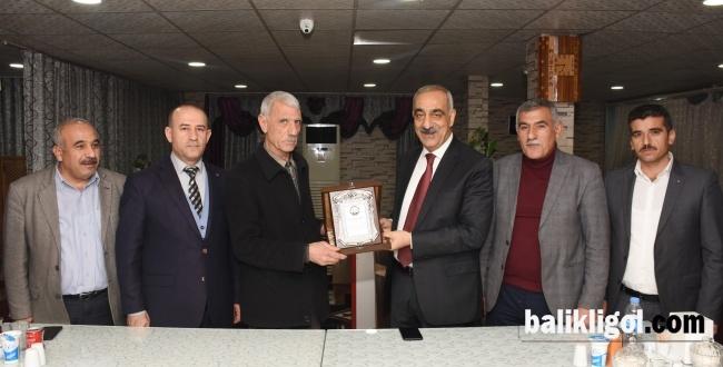 Emekliye Ayrılan Personele Başkan Bayık'tan onur plaketi