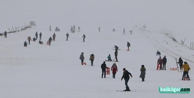 Urfa Merkeze Kar Yağmayınca Belediye Gençleri Karacadağ'a Götürdü