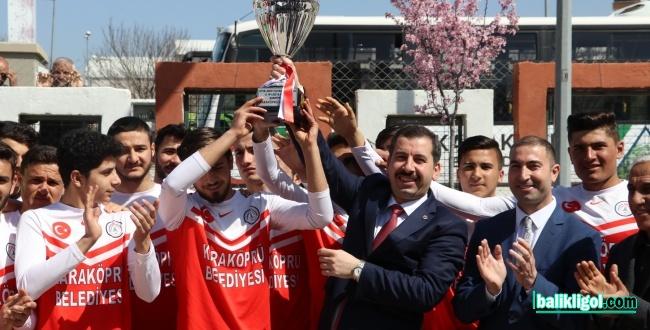 Karaköprü Belediyespor oyuncuları Kupalarını Başkan Baydilli'ye Takdim Ettiler