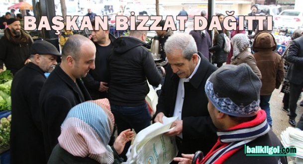 Urfa'da Belediye Başkanı Vatandaşa Bez Çanta Dağıttı