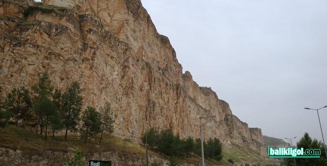 Birecik'te kayalar tehlike saçıyor