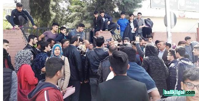 Kapatılan okulun öğrencileri, il milli eğitim müdürlüğünde eylem yaptı