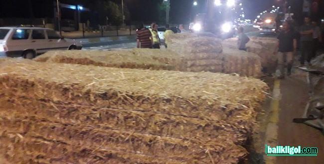 Şanlıurfa'da saman yüklü kamyon üst geçide takıldı