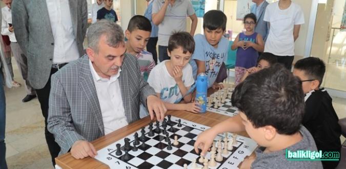 Başkan Beyazgül Çocuklarla Satranç Oynadı