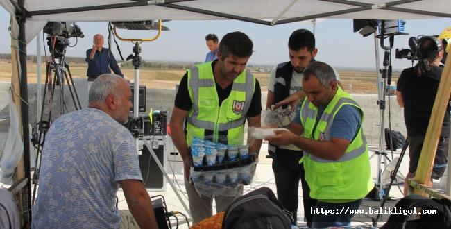 Urfa Büyükşehir Sınırdaki Görevlilere Yemek Dağıttı