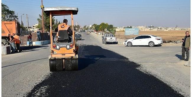 Türkiye, Suriye'nin Telabyad kentinde yolları asfaltlıyor