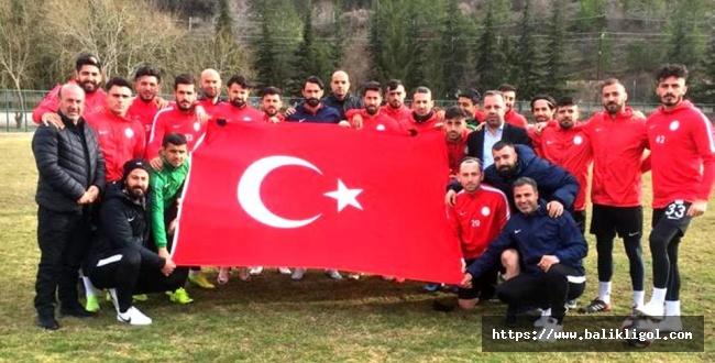 Futbolcular Mehmetçiğe Destek İçin Dev Bayrak Açtılar