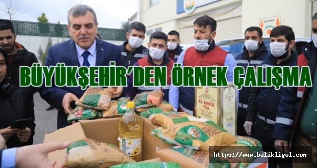 Büyükşehir Belediyes Halka Gıda Kolisi Ve Hijyen Maddesi Dağıtmaya Başladı