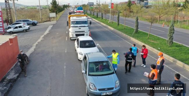 Urfa'ya Giriş Yapan Herkese Maske Dağıtıyorlar
