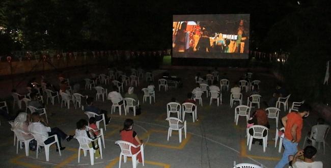 Şanlıurfa Büyükşehir'den sosyal mesafeli açık hava sineması