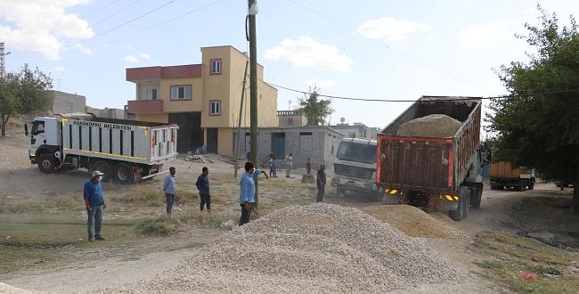 Karaköprü Belediyesi Akpınar köy içi yollarını yapıyor