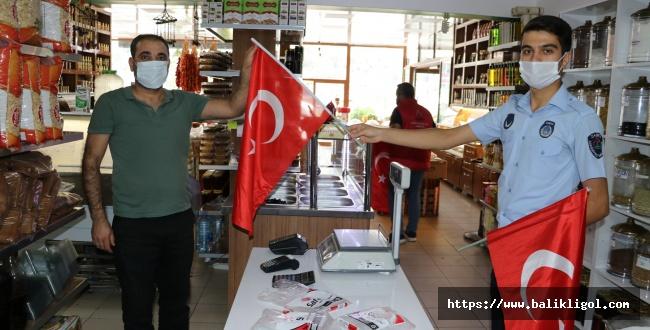Karaköprü'de Esnafa Türk Bayrağı Dağıtıldı