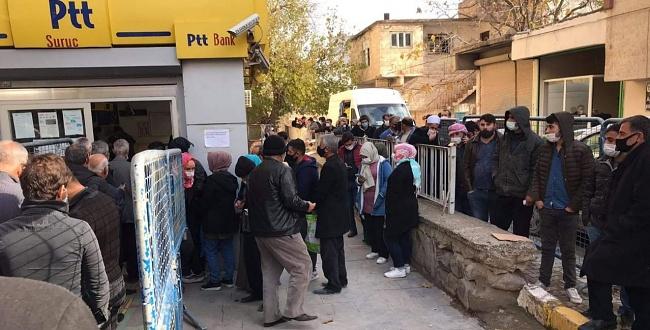 PTT önünde sosyal mesafesiz kuyruk