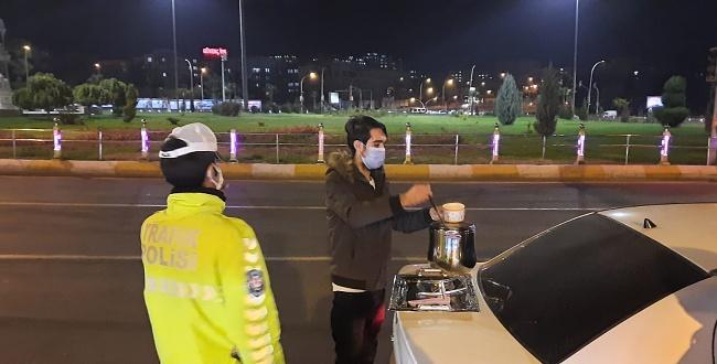 Uygulama Yapan Polislere Gazeteciden Çorba İkramı....