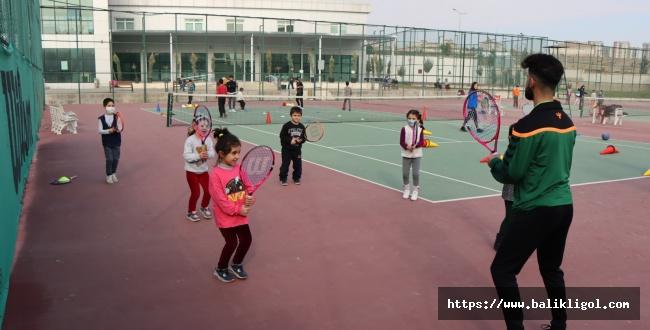 Büyükşehir Belediyesi İle Geleceğin Tenis Şampiyonları Yetişiyor