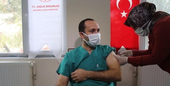 İlk aşıyı yaptıran Sağlık Müdürü Erkuş: Şanlıurfa'ya 30 bin doz aşı geldi