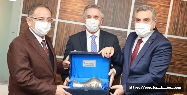 Mehmet Özhaseki Başkan Beyazgül'ü Makamında Ziyaret Etti