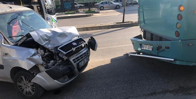 Otomobil özel halk otobüsüne çarptı