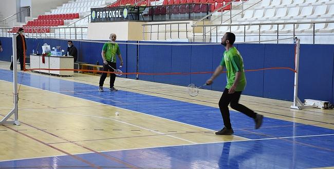 Rektör Çelik şampiyon ile Badminton oynadı